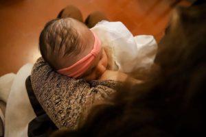 mamma che allatta il bimbo al seno