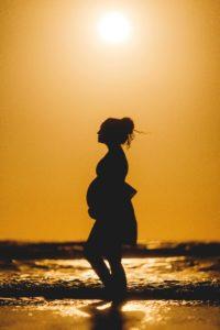 donna incinta al tramonto